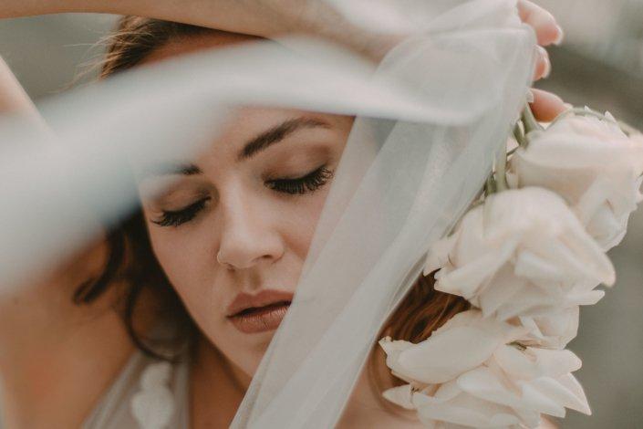 Braut mit Brautkleid und Blumen
