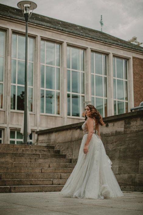 Brautkleid mitten in der Stadt Köln