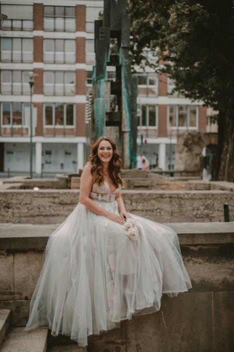 Entspannte Braut auf der Mauer Köln