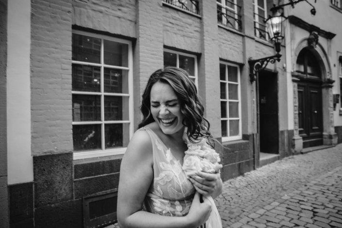 Fröhliche Braut in Köln