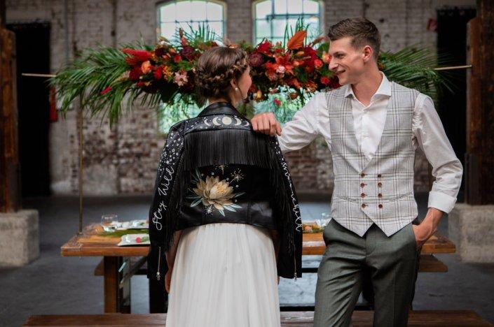Lässige Braut und Bräutigam